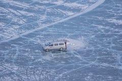 Van car και απομονωμένο άτομο στην παγωμένη λίμνη Khovsgol και σύσταση ρωγμών στη Μογγολία Στοκ Φωτογραφία