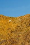 Van che guida sulla strada dell'alta montagna Fotografia Stock