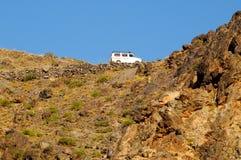 Van che guida sulla strada dell'alta montagna Fotografie Stock