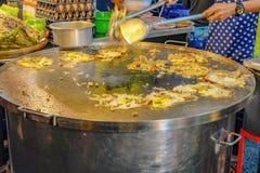 Van chef-kokcooking thailand local de straatvoedsel 'hoi tod 'of Knapperige Mossel en Beansprout-Pannekoek stock foto's