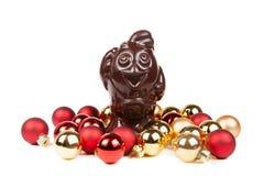 Van chocoladehaan en Kerstmis rode die ballen op een wit worden geïsoleerd Stock Afbeeldingen
