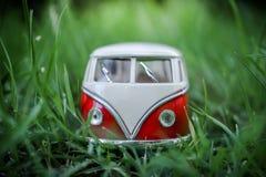 Van Classic-stuk speelgoed voertuigen op groene achtergrond Stock Afbeeldingen