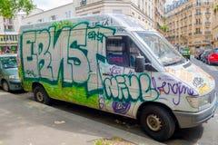 Van cobriu com os grafittis, Paris, França Fotografia de Stock Royalty Free