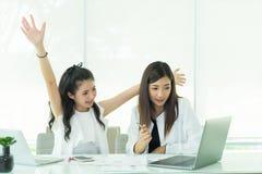 Van commerciële het gesprek teammensen, die huidige problemen i bespreken stock fotografie