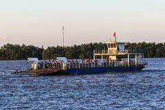 VAN CONG, VIETNAM - 7 de mayo de 2016 - los turistas y los coches cargados en un transbordador y idos al ir Cong Isle, provincia  Fotografía de archivo