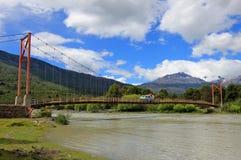 Van, das über Brücke, Carretera Austral, Chile fährt Stockfotografie