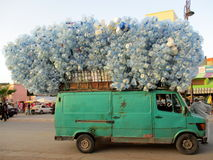 Van, das leere Plastikwasserflaschen trägt Stockbild