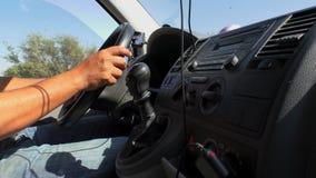 Van dashboard και τα χέρια οδηγών κλείνουν επάνω