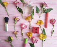 van de achtergrond lentealstroemeria van de bloemenversheid houten patroon decoratieve schoonheidsmiddelen Stock Foto's