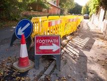 Van de afleidingsactieverkeersteken van de voetweg de rode richting van de de bouwmanier royalty-vrije stock fotografie