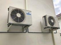 Van de airconditioner openluchteenheid of Warmtepomp Compressor of Condensatorventilator voor steunAirconditioner in huis stock foto's