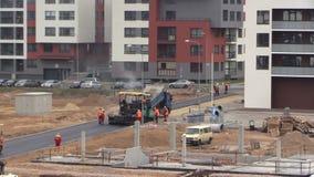 Van de asfaltverspreider en rol machines De mensen van wegbetonmolens stock videobeelden
