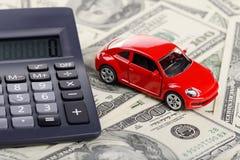 Van de autostuk speelgoed en calculator verblijf op de dollars Stock Foto's