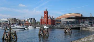 Van de Baai panoramische oriëntatiepunten van Cardiff zonnige blauwe de hemeldag royalty-vrije stock afbeeldingen