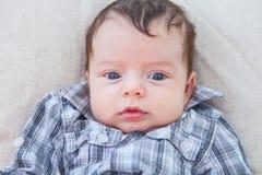 2 van de babymaanden oud jongen thuis Stock Afbeelding