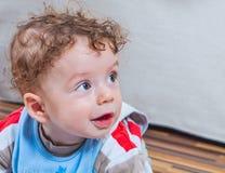 7 van de babymaanden oud jongen thuis Stock Fotografie