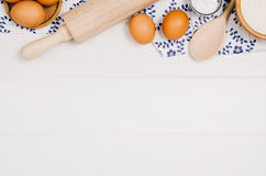 Van de bakselcake of pizza ingrediënten hoogste mening over houten achtergrond royalty-vrije stock afbeeldingen