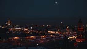 Van de bakstenen muur toneeltimelapse van het Kremlin rode de nachtmening van Moskou stock video
