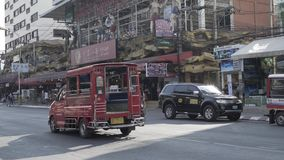 Van de banglaweg van Azië Thailand van de Phuket Thaise straat de zomerauto's en volkeren stock video