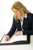 Van de bedrijfs blonde vrouw die nota's neemt Stock Foto's