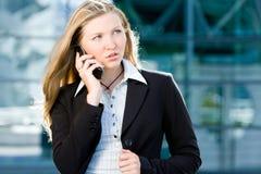 Van de bedrijfs blonde vrouw op mobiele telefoon stock foto