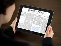 Van de bedrijfs lezing Nieuws op PC van de Tablet stock foto