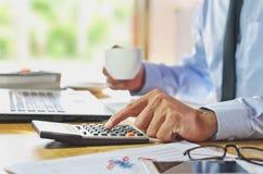 Van de bedrijfs mensenanalyse Boekhouding met handen het drukken calculator Stock Afbeelding