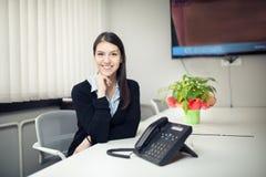 Van de bedrijfs perspectief jonge vrouwelijke werknemer vrouwendag in bureau Zekere, slimme en georganiseerde medewerker Het behe Royalty-vrije Stock Foto