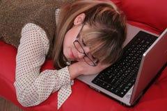 Slaap bedrijfsvrouw en laptop royalty-vrije stock fotografie