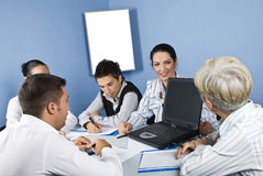 Van de bedrijfs vergadering mensen die laptop met behulp van Stock Foto's