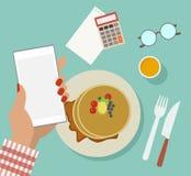 Van de bedrijfs vrouw ontbijt met technologie Stock Foto