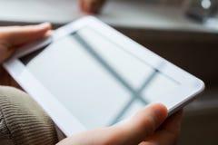 Van de bedrijfs vrouwenholding Witte Lege Tablet in Landschapsmening stock afbeelding