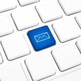 Van de bedrijfs Webpost concepten blauwe knoop of sleutel op wit toetsenbord Royalty-vrije Stock Foto's
