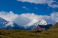 Van de de bergen de koude sneeuw van Pamir muur van de het ijsgletsjer dichtbij de piek van Lenin stock foto's