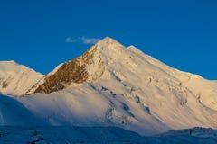Van de de bergen de koude sneeuw van Pamir muur van de het ijsgletsjer dichtbij de piek van Lenin royalty-vrije stock afbeelding