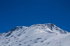 Van de de bergen de koude sneeuw van Pamir muur van de het ijsgletsjer dichtbij de piek van Lenin stock foto