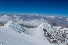 Van de de bergen de koude sneeuw van Pamir muur van de het ijsgletsjer dichtbij de piek van Lenin royalty-vrije stock foto
