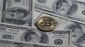 Van de Bitcoinmuntstuk en dollar de rekeningen roteren op een witte achtergrond De groei en wisselkoers bitcoin De kosten van bit stock videobeelden