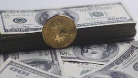 Van de Bitcoinmuntstuk en dollar de rekeningen roteren op een witte achtergrond De groei en wisselkoers bitcoin De kosten van bit stock video