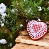 Van de boom rode ballen van de Kerstmisdecoratie het hart houten textuur Stock Afbeeldingen