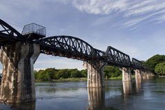 Van de brugkruisen van de trein de rivier van Kaw Stock Afbeelding