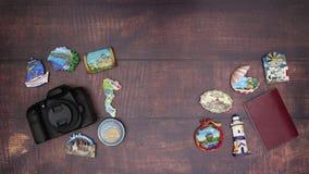 Van de camerapaspoort en reis magneten op de houten lijst stock video