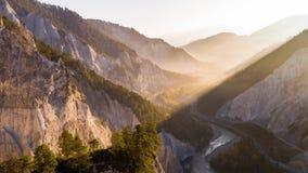 Van de Canionrheinschlucht Zwitserland de Lucht4ksunrise van de zonsopgangvallei van de de Valleirivier Canion Rheinschlucht Zwit stock footage