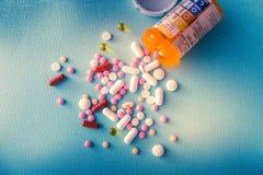 Van de de capsulehoop van tablettenpillen de antibiotische drugs van de de mengelingstherapie, kalmerend, pijnstiller over een bl royalty-vrije stock foto