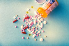 Van de de capsulehoop van tablettenpillen de antibiotische drugs van de de mengelingstherapie, kalmerend, pijnstiller over een bl royalty-vrije stock foto's