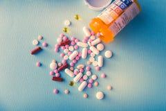 Van de de capsulehoop van tablettenpillen de antibiotische drugs van de de mengelingstherapie, kalmerend, pijnstiller over een bl stock afbeeldingen
