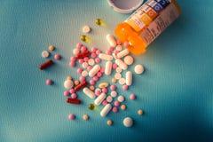 Van de de capsulehoop van tablettenpillen de antibiotische drugs van de de mengelingstherapie, kalmerend, pijnstiller over een bl stock foto