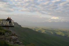 Van de caucaususberg van bergelbrus van de de moederzoon van de vallei hoge groene heuvels vroege de ochtendfamilie Royalty-vrije Stock Foto's