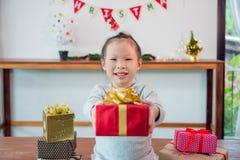 Van de chirstmasdag van de meisjeholding de giftdoos en glimlachen royalty-vrije stock afbeelding