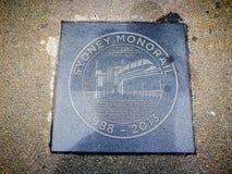 ` Van de de cirkelsteen van Sydney Monorail ` de plaatgeheugen 1988-2013 op grond van Pyrmont-brug Stock Foto's